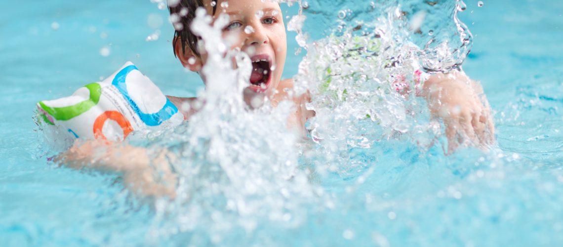 O que você precisa saber sobre como manter as crianças em segurança durante atividades na água